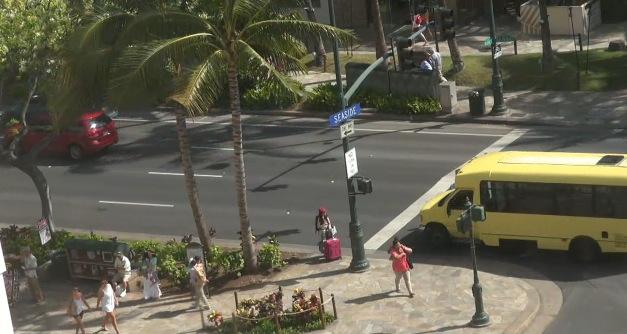 ワイキキ・ショッピング・プラザ前の道路ライブカメラ/ハワイ